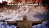 Un rayo cae sobre la mano derecha del Cristo Redentor en Brasil